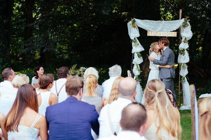 Wunderschöner und einfacher Zeremonie-Bogen