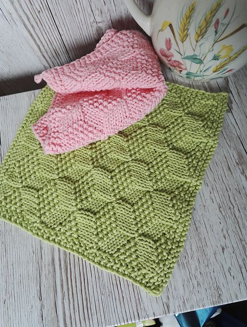 Knitted and crocheted washcloths have become very popular lately, because the store bought and mass produced cloths are basically made of plastic, which will end up in nature at some point……and we really don't want that to happen, do we? Just think of the poor animals, who end up with our plastic waste in their stomachs!