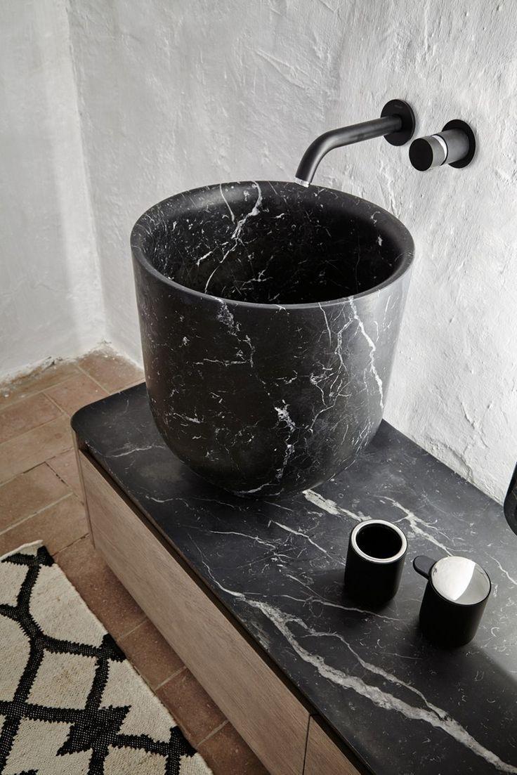 Eine Steinplatte auf Holz als Waschtisch .