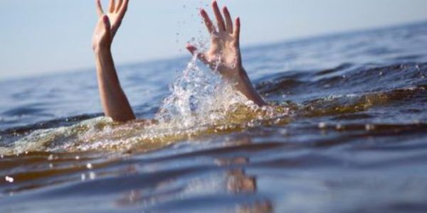 (Cerita Lucu)~ Seoarang pria yang tengah memancing ditengah laut terlambat…