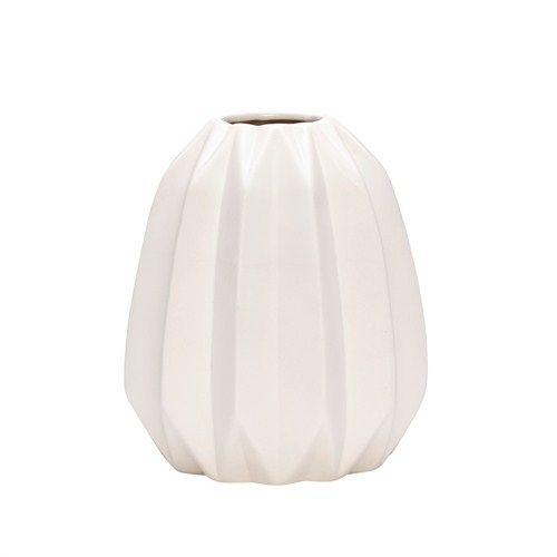 Rille Vase fra Hübsch Interiør. Hvit. Ø: 14 cmH: 18 cm Hvit moderne vase fra Hübsch interiør. Grafiske former er i vinden som aldri før, og denne vasen er et godt bidrag!Enkel og tidsriktig. Gi fine blomster noe fint å stå i!