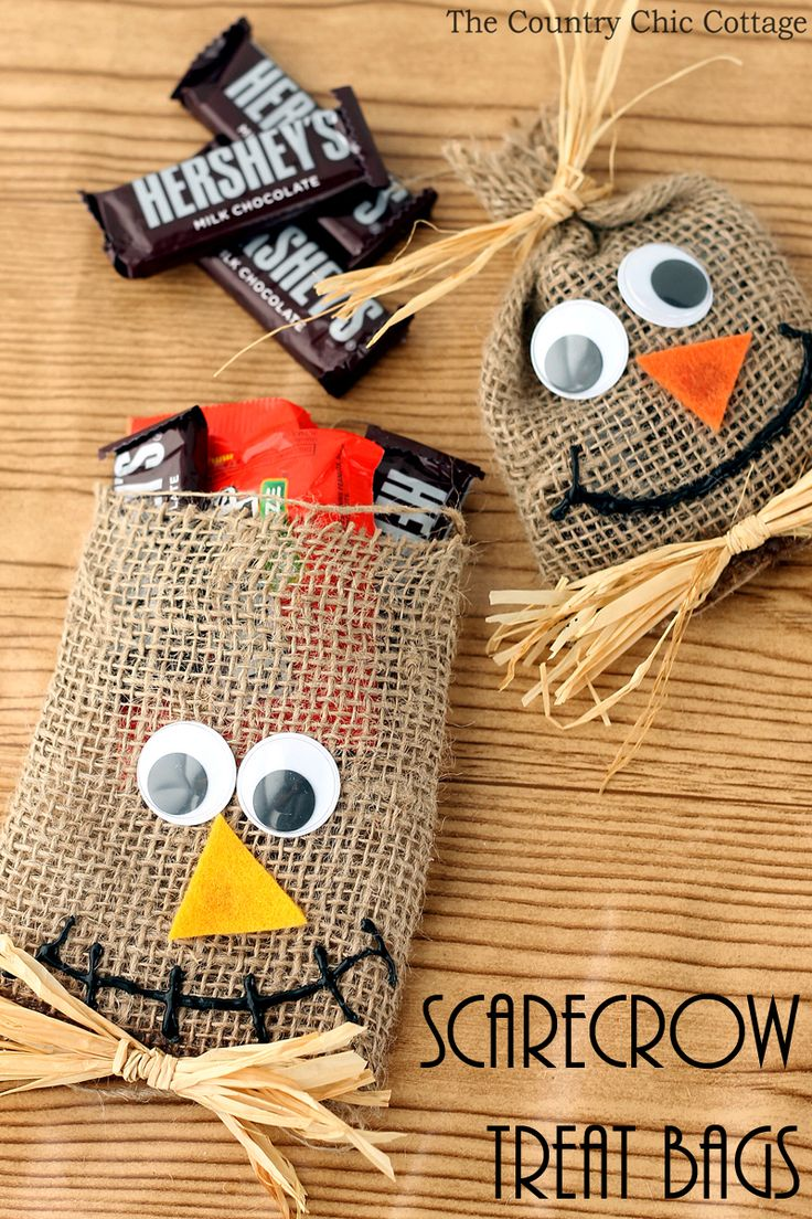 Make these scarecrow Halloween treat bags for your trick or treaters or school party! A super easy Halloween craft idea from burlap!