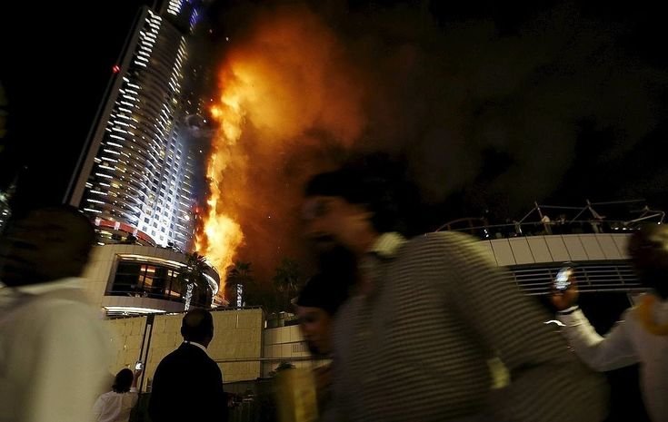 Enorme incendio en un rascacielos cercano a la zona de celebraciones de Año Nuevo en Dubái El Gobierno local ha informado de que 16 personas sufrieron heridas por la inhalación de humo y la aglomeración de gente, que intentaba escapar del fuego Los cascotes caen durante el incendio en el rascacielos de Dubai