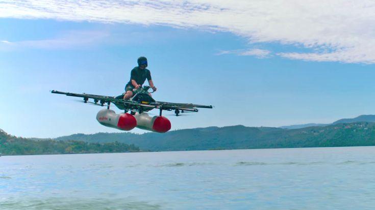 正面から見ると「メーヴェ」、斜めから見ると「フライングアーマー」、横から見ると「バードマンのUFO」に似ている気がしないでもない1人乗りフライングマシン「Kitty Hawk Flyer」が、その飛行の様子を動画で公開しました。  Kitty Hawkは元Googleの自動運転プロジェクトリーダーだったセバスチャン・...