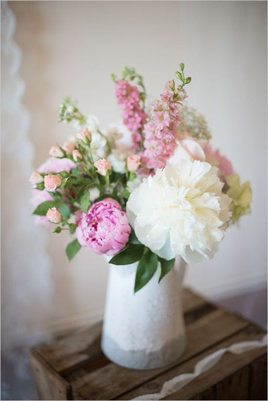Simple floral arrangement for wedding or everyday. Floral Design: J Titley & Sons Ltd Wholesaler ---> http://www.weddingchicks.com/2014/05/15/create-a-darling-wedding-for-under-5k/