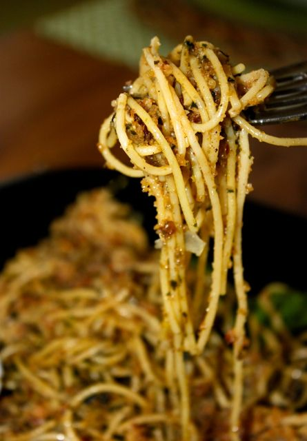 Spaghetti with Toasted Garlic Breadcrumbs - La Bella Vita Cucina #spaghetti #pasta #italianfood #pastabreadcrumbs #comfortfood