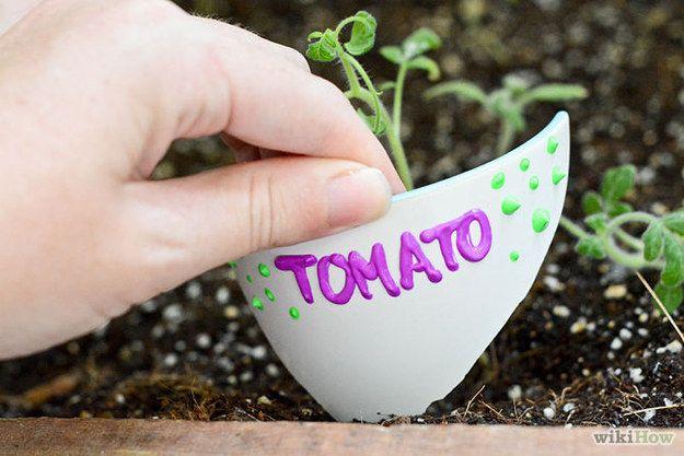 Dale a las vasijas rotas un nuevo uso transformándolas en rótulos para plantas.