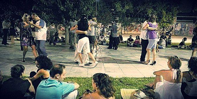 """Τα 10 ωραιότερα μέρη στην Αθήνα: Υπαίθρια μιλόνγκα στον """"κάτω"""" πεζόδρομο της Ερμού"""