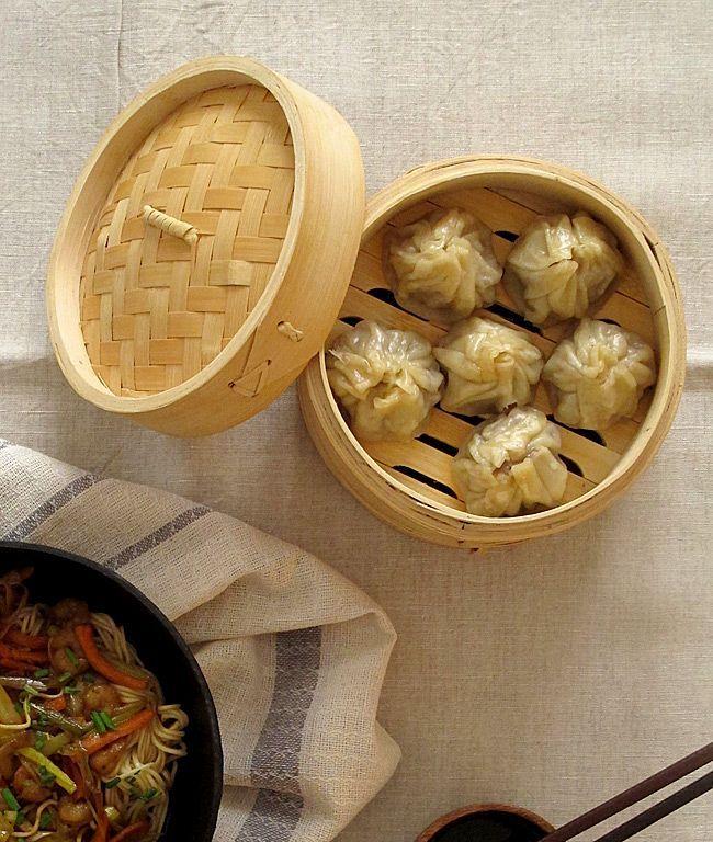 Hoy os traigo dos recetas de comida china que hacemos en casa: shrimp lo mein (noodles o tallarines con gambas) y dim sum (empanadillas al vapor).