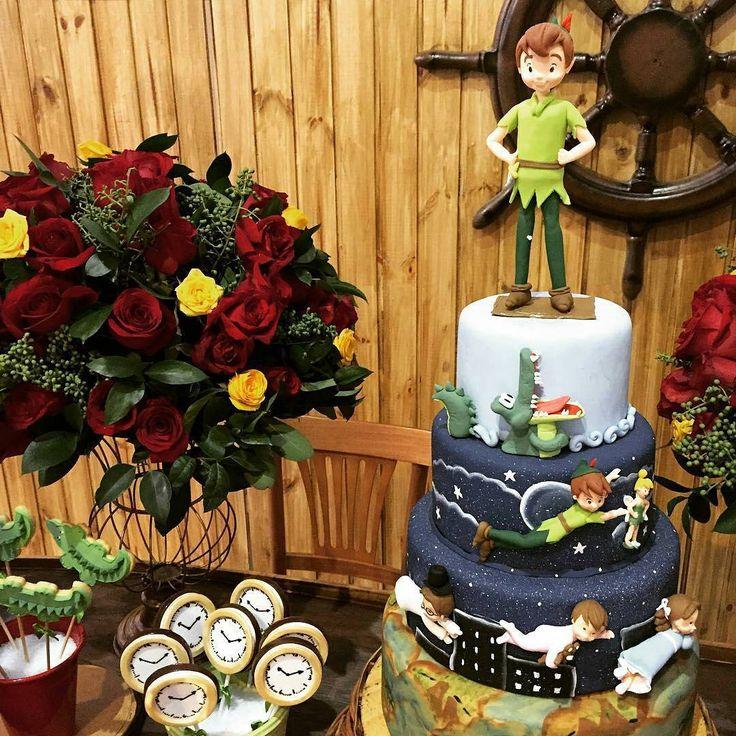 """Por Cris Rezende  on Instagram: """"Adoreiiiiii esse bolo produzido por @rubicomemoracoes. Peter Pan e sua terra do NUNCA! Minhas filhas adoram essa história e esse bolo refletiu exatamente todo esse conto de fadas. Regram @jufrancozo  #festejarcomamor #festainfantil #peterpan #festapeterpan #terradonunca #festaterradonunca #sininho #aterradosgarotosperdidos"""""""