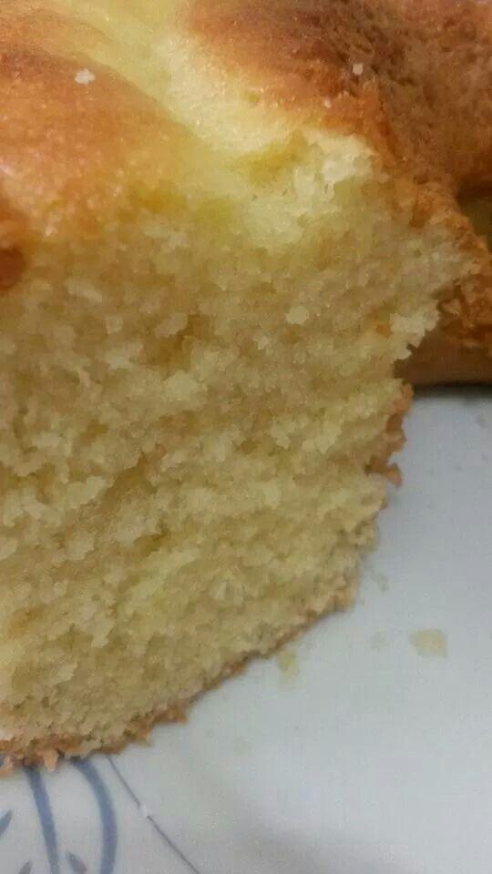 BOLO AREIA! 100grs. de margarina (tablete) sem sal. 2 xícaras (chá) de açúcar peneirada 3 ovos grandes 1 xícara (chá) de leite 1 xícara (chá) de amido de milho (maisena) 2 xícaras (chá) de farinha de trigo peneirados 1 colher (sopa) de fermento em pó. Bata na batedeira a margarina com o açúcar até formar uma farofinha, já acrescentando os ovos e bater mais um pouco, depois acrescente alternando o leite e a farinha c o amido juntos até ficar bem fofo. eu acrescentei 1 colherinha (café) de…
