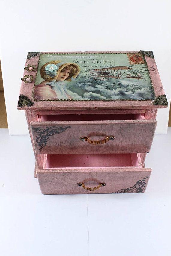 Scatola con cassetti interamente realizzata a mano in stile Steampunk.