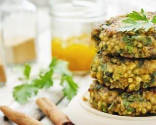 Croquettes de millet aux herbes légères : http://www.fourchette-et-bikini.fr/recettes/recettes-minceur/croquettes-de-millet-aux-herbes-legeres.html
