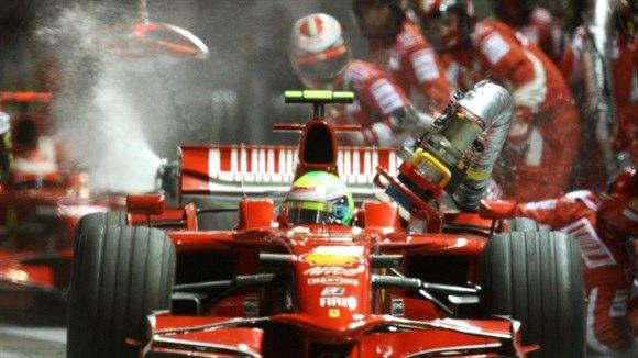 O reabastecimento de Massa em Cingapura-2008 - GP de Cingapura: Massa, de novo, liderava a prova, desta vez com Hamilton em segundo. Até que, na rodada de pit-stops em bandeira amarela por causa do acidente de Nelsinho Piquet, ficou com a mangueira de combustível presa no carro e viu a prova jogada no lixo. Em vez de somar dois pontos a mais que Hamilton, viu o rival marcar seis a mais ao chegar em terceiro. Tanto da Hungria quanto de Cingapura, Massa sairia como líder.