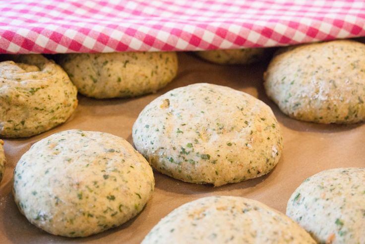Spinach buns for sandwiches and hamburgers