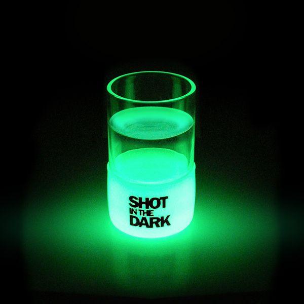 光るショットグラス。