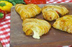 Saporite e veloci, dolci sono fantastiche, ma salate lo sono ancora di più! INGREDIENTI 1 rotolo rettangolare di pasta sfoglia burro cipolla sale olio d'oliva 2 peperoni 1 salsiccia sbriciolata 1 tuorlo d'uovo PREPARAZIONE 1. Tagliate il rotolo di pasta sfoglia in tre strisce e sovrapponetele spennellando ogni superficie con del burro fuso. 2. Arrotolate e conservate in freezer per almeno un'ora. 3. Fate soffriggere la cipolla nell'olio, aggiungete i peperoni e il sale e do...