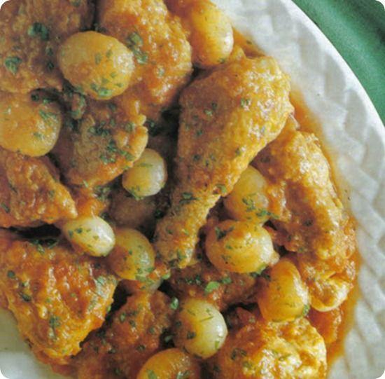 Pollo alla cannella con cipolline e pomodori.
