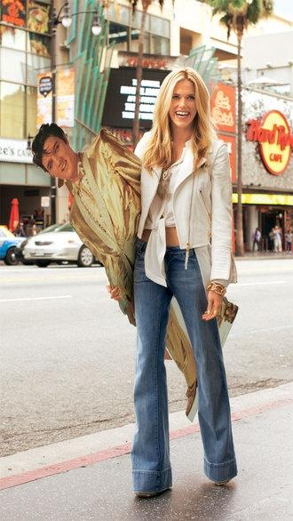 Elvis to go  Die Wahl-New-Yorkerin kombiniert zur leicht verwaschenen Marlene-Jeans von BARBARA BUI, ca. 295 €, eine semitransparente Seidenbluse von BLACK DRESS, ca. 180 €, und eine Kalbslederjacke im Perfecto-Stil mit goldfarbenen Zippern von LOUIS VUITTON, ca. 3400 €. Pilotenbrille mit Lederbügeln: TOD'S, ca. 369 €. Roségoldenes Gliederarmband: ISABELLA FA, ca. 16500 €. Vergoldeter Ring: AURÈLIE BIDERMANN, ca. 188 €. Goldfarbene Kalbsleder-Wedges: MOSCHINO, ca. 588 €