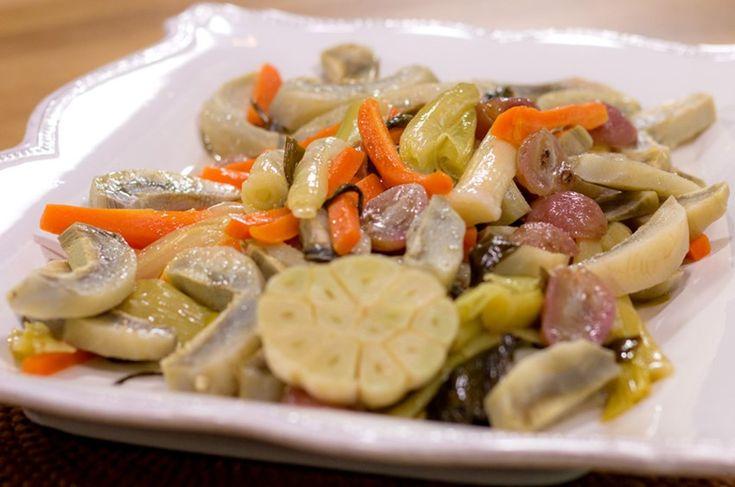 Pırasa, havuç, taze soğan ve enginarları jülyen doğrayıp zeytinyağında pişirmeye alın. Bir bağ sarımsağı ortadan ikiye bölün ve tencereye ekleyin. Tuzunu ekin ve kısık ateşte tencerenin kapağı kapalı bir biçimde 25-30 dakika pişirin. Pişme esnasında tane olarak üzümleri, limon suyu, 1 çay bardağı sıcak su ekleyin ve sebzeler iyice yumuşayana kadar pişirin. Ardından ılık olarak servis edin.