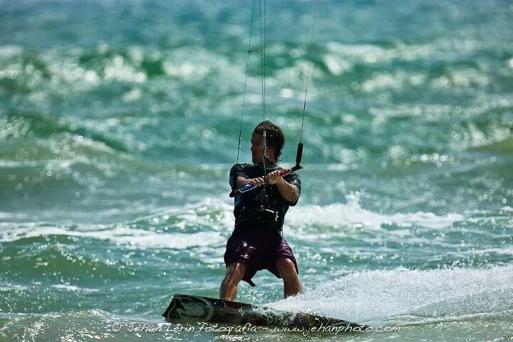 Acercarse al mundo del Kitesurf es toda una aventura, y en Wiquot lo hemos hecho junto una persona con experiencia en el mundo del deporte y la formación. Kiteboarding Valencia: deporte, aventura y seguridad kitesurf, kite, kiters, seguridad, formación, trucos, seguro de kitesurf, deporte, playa, viento, wiquot, gestor inteligente de finanzas personales,