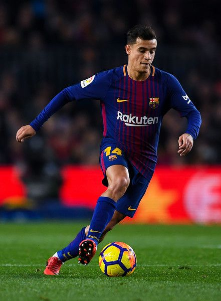 Philippe Coutinho of FC Barcelona runs with the ball during the La Liga match between Barcelona and Deportivo Alaves at Camp Nou on January 28, 2018 in Barcelona.