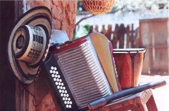 La guacharaca, el acordeón y la caja son los instrumentos que hacen del vallenato un género o ritmo músical tradicional del caribe. http://www.danzaenred.com/articulo/instrumentos-del-folclor-colombiano-region-caribe #Sigaladanza