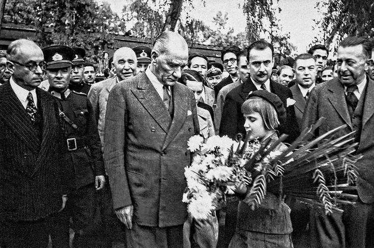 Ankara Üniversitesi arşivlerinden derlenen takvimde 14 adet fotoğraf yer aldı.