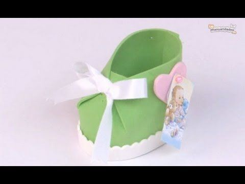 Estos zapatitos de bebé en foami son ideales para usar de souvenir en bautismos y Baby Shower.