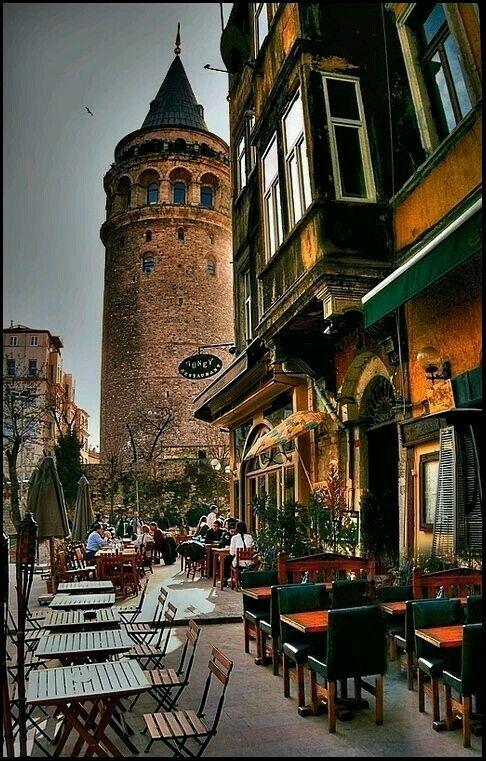 Hezarfen Ahmet Çelebi'nin İstanbul'u kanatları altına almak için  kendini gökyüzüne bıraktığı Galata Kulesi.