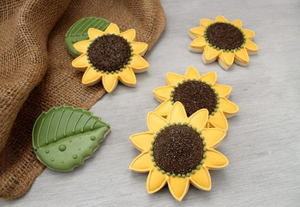 Sunflowers are simple, pretty, and the perfect addition to your Thanksgiving spread.  They're also a great cookie for beginners.  They look difficult, but they really aren't.  And they don't take a gazillion icing colors either!