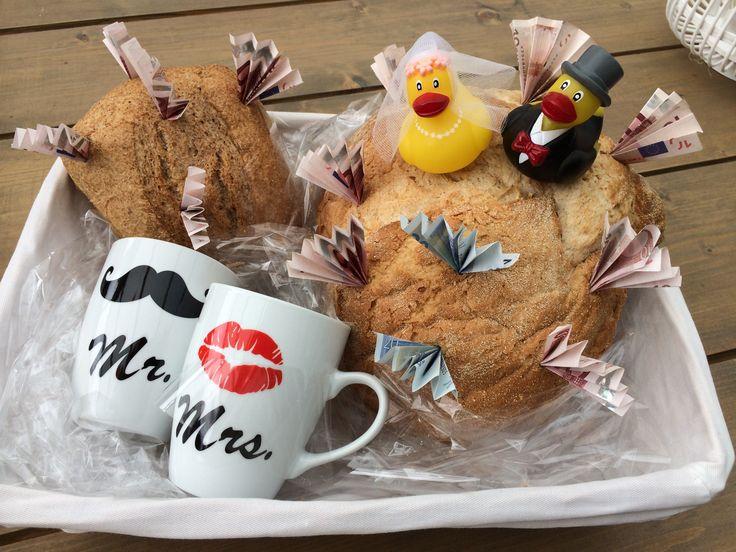 Wittebroodsweken! Leuk om op een bruiloft te geven! Mandje met wit brood en daar het geld in stoppen eventueel leuk aankleden en klaar! Een echte eyecatcher