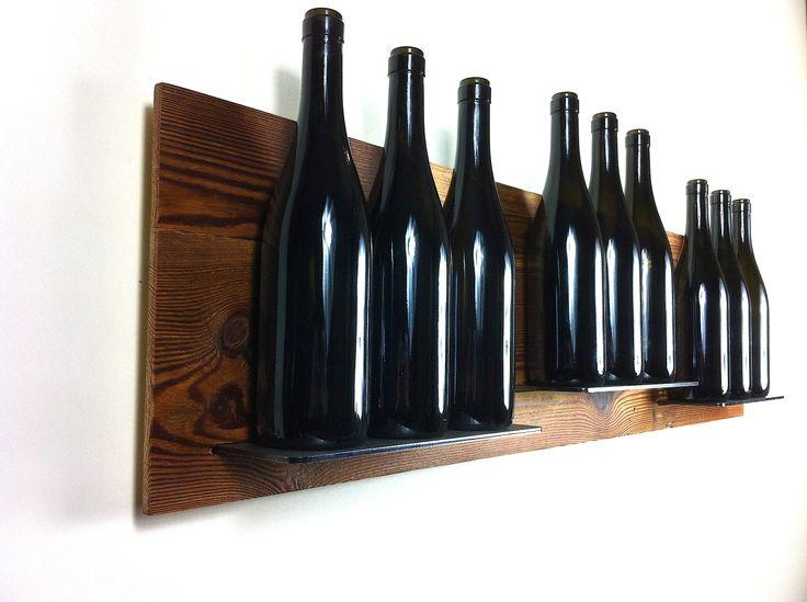 Una prezioso legno sospeso a parete con inserite delle mensole in acciaio...un quadro in cucina!