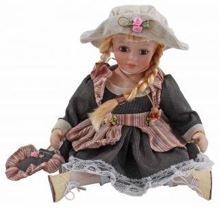 """Păpuşă de porţelan """"Claire"""" - cu veşminte cochete şi zulufi ce încadrează chipul de porţelan atent lucrat http://www.retroboutique.ro/decoratiuni/alte-decoratiuni/papusa-de-portelan-claire-1520"""