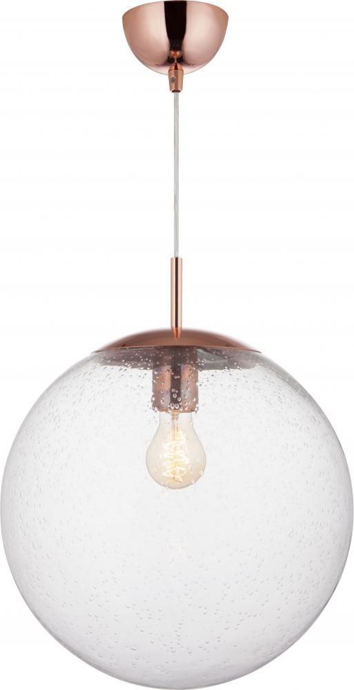 Ball 35 cm har munnblåst glass og kobber detaljer. Stilig effekt når flere henges sammen i ulike høyder, eller to i samme høyde over en kjøkkenøy. Her er det mulig å få godt lys, og ved bruk av dimmer kan man dempe etter behov og stemning. Finnes også i klart- og matt glass. Total høyde: 120 cm (kan justeres) Høyde lampe: 43 cm Diameter: 35cm Lyskilde: 1 stk. E27 maks 40w (pære medfølger ikke) Volt: 230V Materiale: metall, glass Farge: kobber, klar Vekt: 1,4kg Dimbar: JA Energiklasse: A…