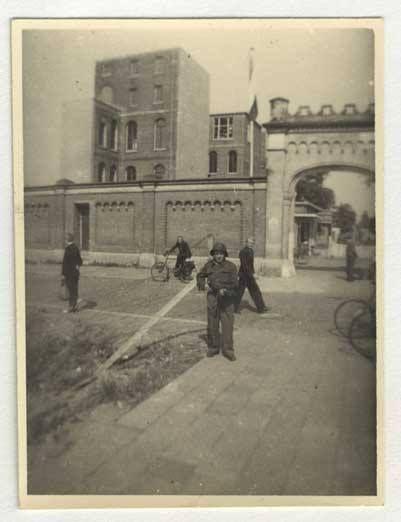 de ingang van het Coolsingel ziekenhuis. Die poort staat nog op de Lijnbaan. In 1952 bestond het nog. Op de foto een gewapend lid van de Binnenlandse Strijdkrachten kort na de bevrijding.