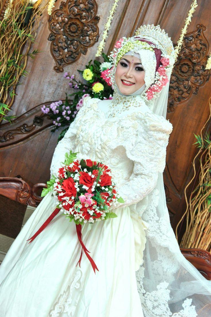 Western wedding dress. White. Hijab. . . . . #mywedding #part1 #hijabindonesia #indonesianwedding