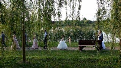 Bevonulás a polgári szertartásra (koszorús lányok, menyasszony, örömapa) - Hubadúr ceremóniamester