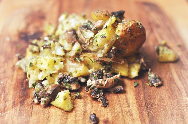 Muah! Ich sage euch, in diesen buchstäblichen Quetschkartoffeln wollt ihr baden! Sie passen als Beilage zu (Seitan)-Steak, Salat, Gemüse usw. Probiert mal!