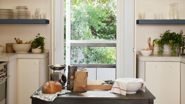 Verf de keukenkasten! Een laag verf zal direct een positief effect hebben op je oude keukenkastjes. Warme neutrale kleuren vormen een rustgevende, veelzijdige keuze, terwijl zilvergrijs een moderne feel aan je keuken geeft.