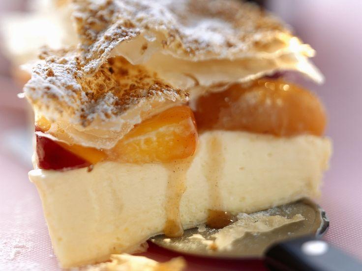 Weiße Schokoladentorte mit Pfirsich-Aprikosen-Kompott | Zeit: 1 Std. | http://eatsmarter.de/rezepte/weisse-schokoladentorte-mit-pfirsich-aprikosen-kompott