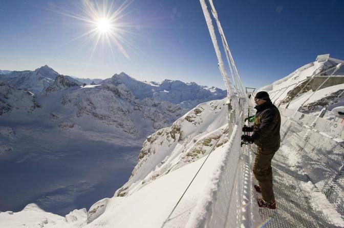 È lungo 500 metri il ponte sospeso sul monte Titlis, in Svizzera, a oltre 3mila metri di altitudine