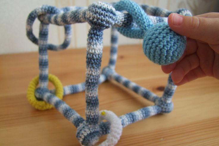 """Chastítko """"Kostka"""" Háčkované chastítkoje ze 100% bavlny a plněné dutým vláknem. Je vhodné pro nejmenší děti, které ho snadno uchopí. Rozvíjí u dítěte jemnou motoriku a soustředěnost. Velikost: 12 x 12 x 12 cm Cena za 1 kus. Uháčkuji i na objednávku. Děkuji, že nekopírujete mé nápady:)"""