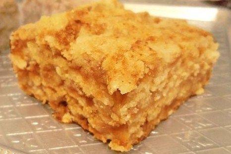 Приготовить сухую смесь: смешать муку, манку, 120 грамм сахара, соду.