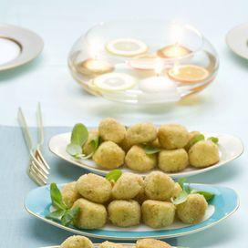 Ingredienti baccalà ammollato 400 g  patate 500 g  uova 2  aglio 1 spicchio   prezzemolo 1 mazzetto  pangrattato  olio per friggere   sale     Lessat