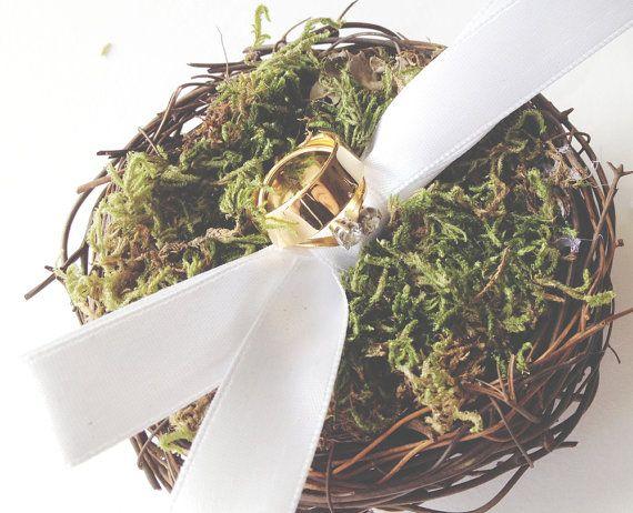 Un bosco ispirato uccello nido anello cuscino, perfetto come alternativa ad un cuscino anello! Vite è stata tessuta in una forma dolce piccolo nido e poi riempito con un bellissimo conservato renna muschio vibrante, perfetto per riposare i vostri anelli su. Un nastro di raso bianco sia fissato saldamente alla base del nido al fine di garantire gli anelli nel posto.  Questi sono anche super cute per la presentazione di anelli di fidanzamento in per unoccasione molto speciale!  Questo articolo…