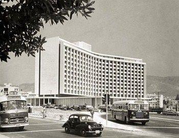 Πενήντα χρόνια αποτελεί ένα από τα σημεία αναφοράς σε όσους ζουν ή επισκέπτονται την Αθήνα. Το Hilton Athens εγκαινιάσθηκε στις 20 Απριλίου 1963 από τον ιδρυτής της πολυεθνικής ξενοδοχειακής αλυσίδας Conrad Hilton, σε μια κοσμική