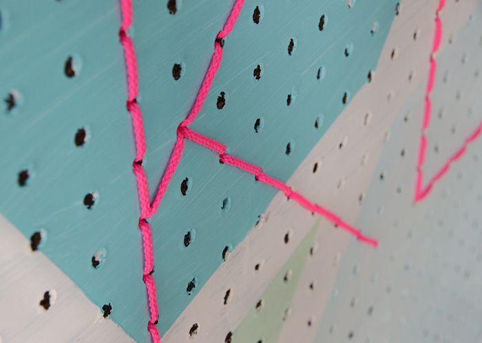 穴を生かして、太目の紐やリボンを通して模様を作っていくのもおすすめです♪