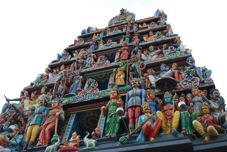 храм Шри-Мариамман  Индийский храм Шри-Мариамман возвышается посреди Чайна-тауна. Он выделяется словно огромный праздничный торт с фигурками, сделанными из марципана. Боги с синей кожей, охранники, чудовища, львы и другие существа смотрят на людей сверху вниз. Храм можно увидеть издалека. Таким образом, верующие могут поклониться своим богам, даже не заходя в храм.  Регулярно здесь проводят индуистские праздники. Именно в Шри-Мариамман отмечают праздник Тимити.