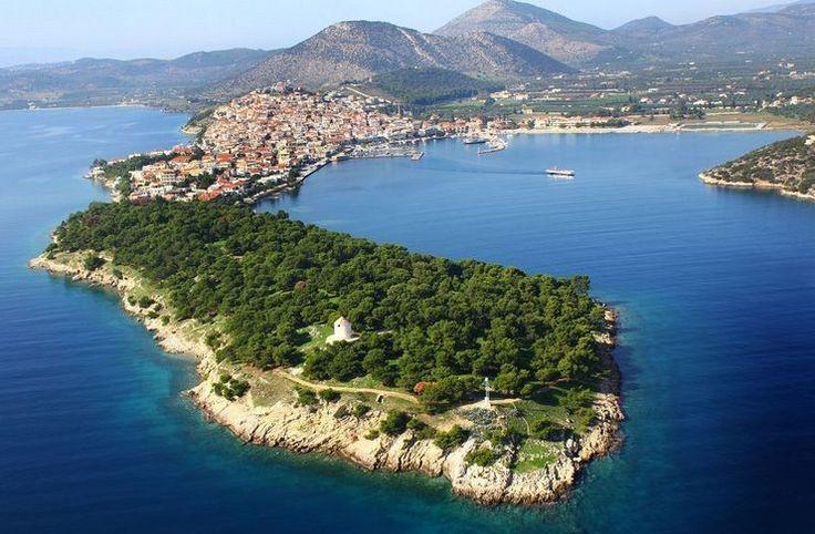 Η πανέμορφη πόλη-νησί που κάποιοι αποκαλούν «Μονακό της Ελλάδας» και κάποιοι «Ελληνική Ριβιέρα»